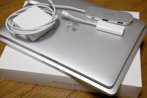 新旧MacBook Proのサイズ比較、とお供のアダプタ君たち